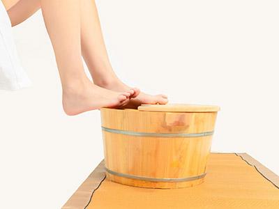 痛风可以用热水泡脚吗